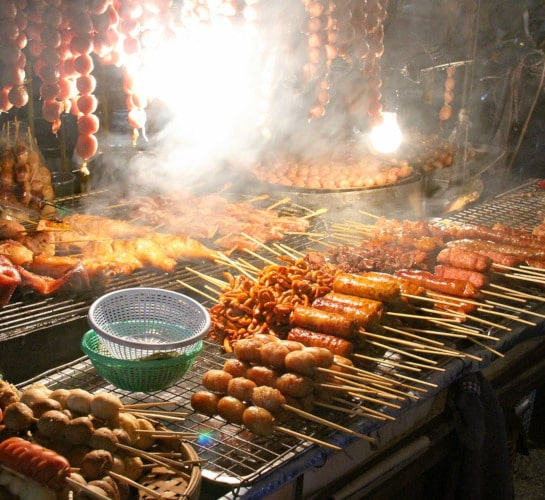 Scharfe Grillspezialitäten in Chiangmai, Thailand